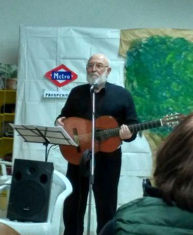 José María Alfaya tocando la guitarra